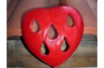 Immagine di un cuore in terracotta a forma di goccia