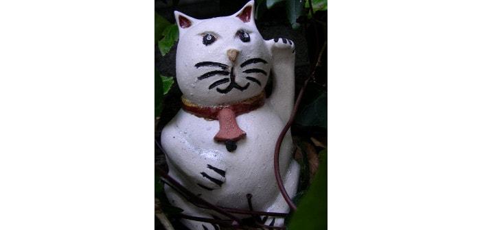 Immagine di un maneki neko gatto che saluta