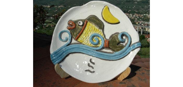 Immagine di un piatto con pesce stilizzato