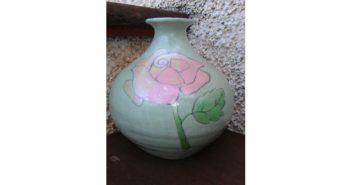 Immagine di un vaso rosa con ingobbio verde