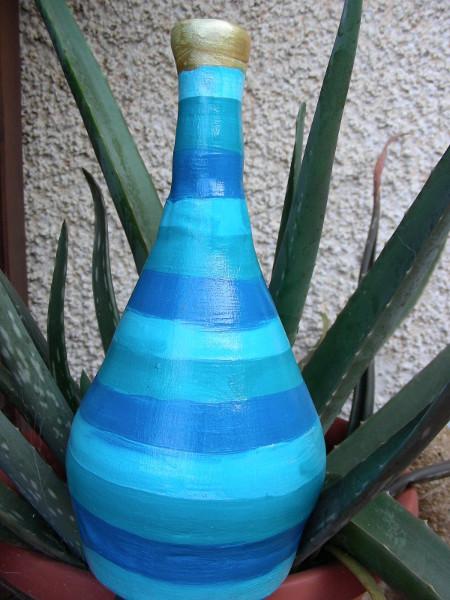 Immagine di una bottiglia a strisce primo piano