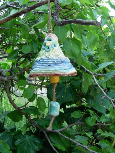 Immagine di una campana grande colore azzurro vista in esterno