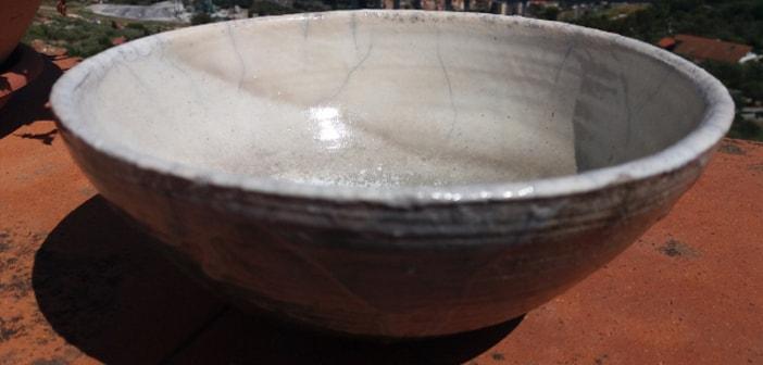 Immagine di una ciotola bianca raku