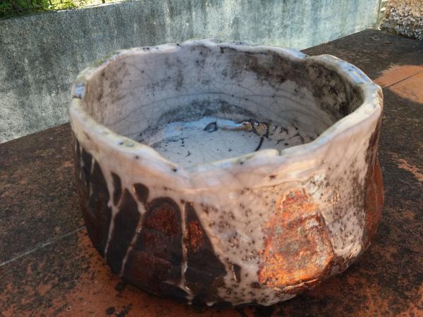 Immagine di una ciotola tecnica raku grossa vista laterale