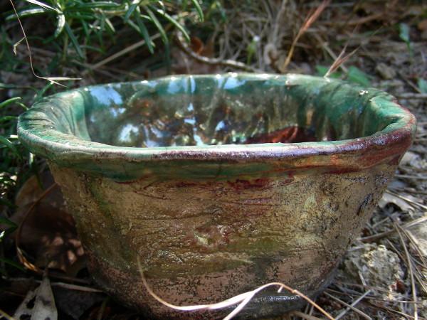 Immagine di una ciotola in raku modellata irregolarmente vista esterna