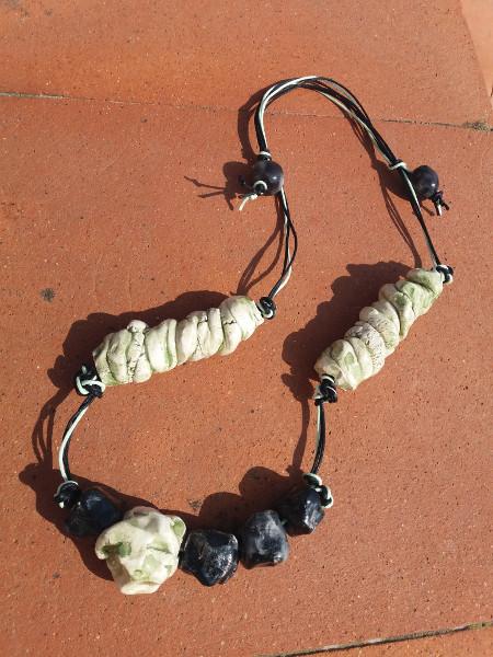 Immagine di una collana stile detriti lunari