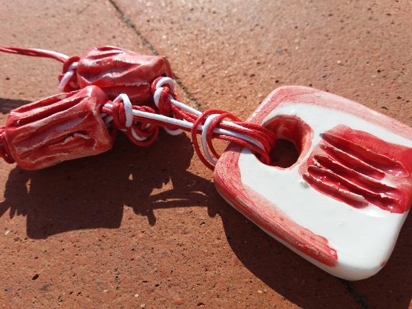 Immagine di una collana colore rossa e particolare