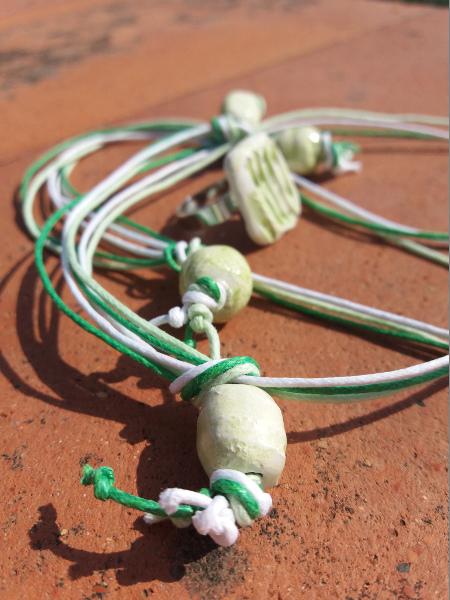 Immagine di una collane verdi con particolare chiusura