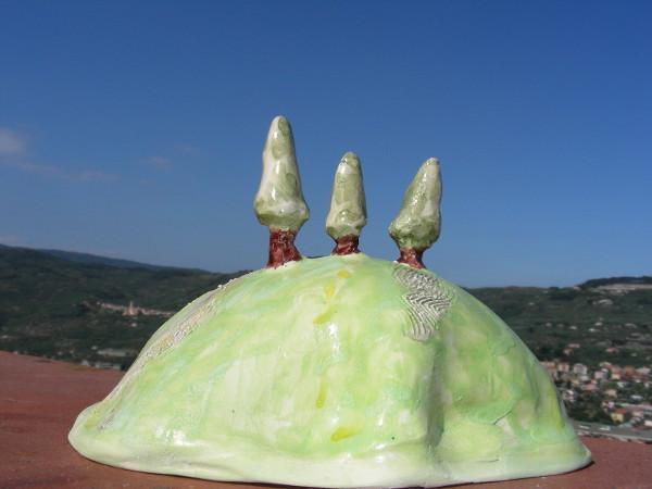 Immagine di una collinetta toscana con cipressi piano totale