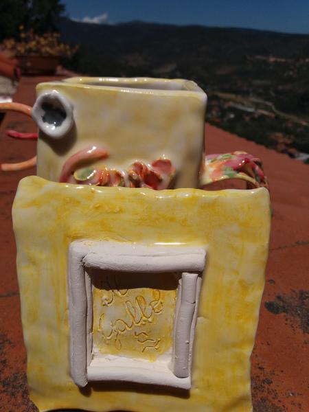 Immagine di un galletto in ceramica forma scatola particolare