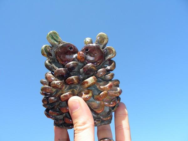 Immagine di un gufo-pigna raku proporzione