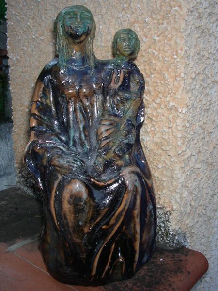 Immagine di una Madonna col bambino intera