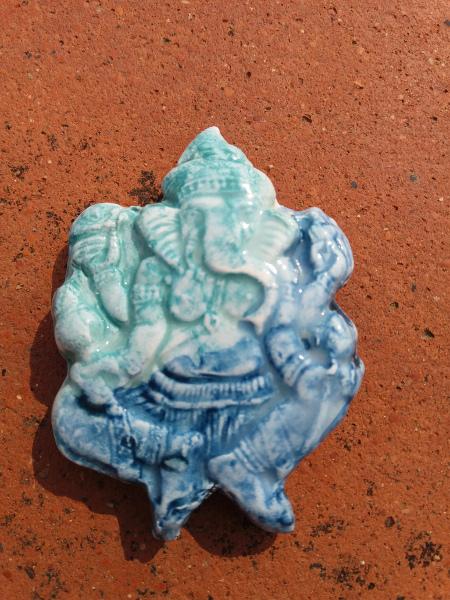 Immagine di magnete in ceramica forma ganesh azzurro blu | Terra Accesa