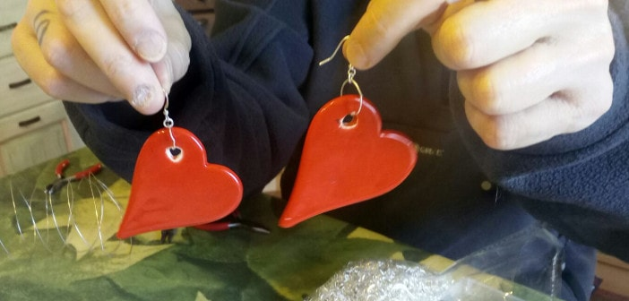 Immagina di orecchini in ceramica a forma di cuore