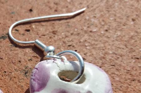 Particolare orecchini in ceramica