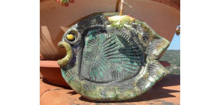 Immagine di un pesce stilizzato in ceramica raku