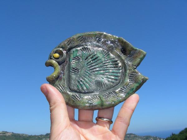 Immagine di un pesce fossile raku proporzioni particolari