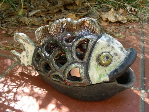Immagine di un pesce raku portacandela vista in esterno