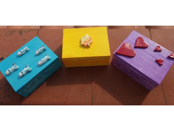 Immagine di scatole in ceramica dipinta, mix creazioni | Terra Accesa