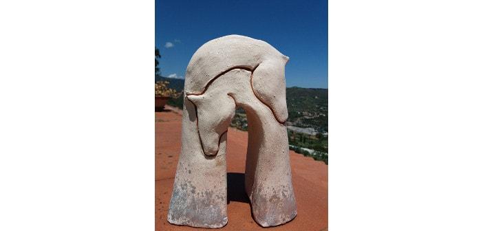 Immagine di una scultura con cavalli incrociati