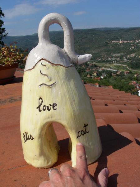 Immagine di una scultura di gatto grande vista posteriore