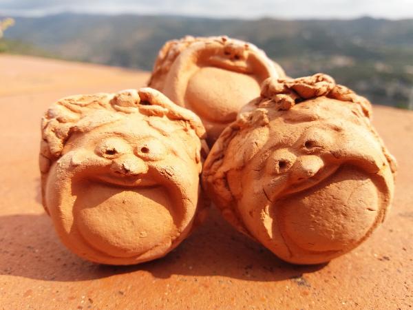 Immagine di tappi con faccia da Bacco in terracotta | Terra Accesa