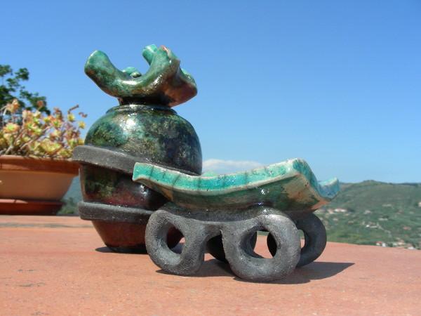 Immagine di un vasetto raku con tappo e base