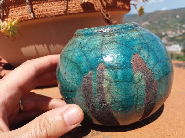 Immagine di un vasetto raku tondo con colate di rame verde vista proporzioni