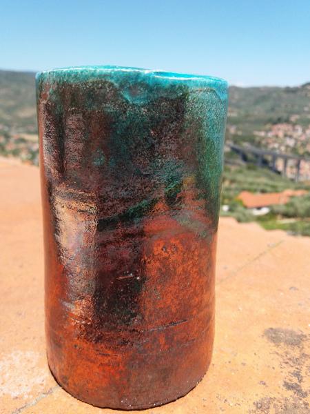 Immagine d un vasetto raku al tornio vista laterale