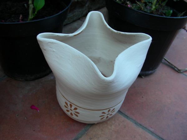 Immagine di un vasetto al tornio bordo irregolare ingobbio sgraffiato