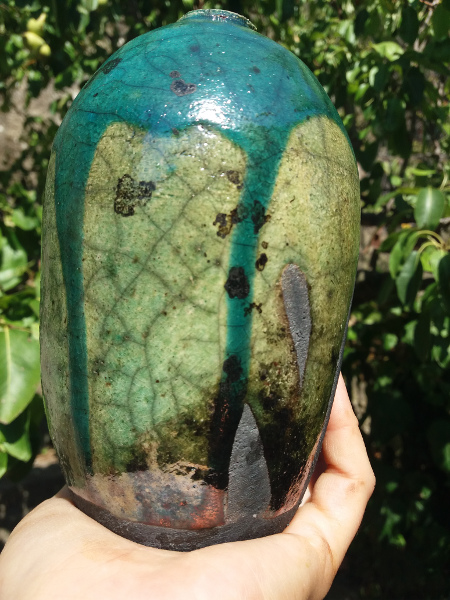 Immagine di un vaso raku forma bomba proporzioni