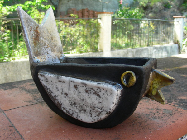 Immagine di un vaso raku a forma di uccellino