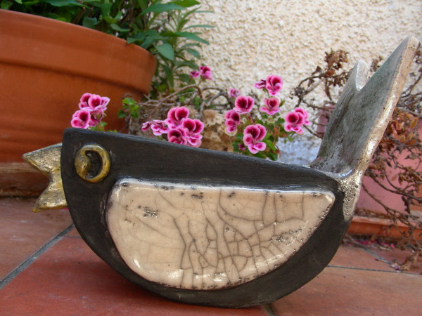 Immagine di un vaso raku a forma di uccellino vista laterale