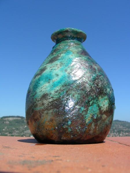 Immagine di un vaso raku panciuto striscia azzurra visto dal basso