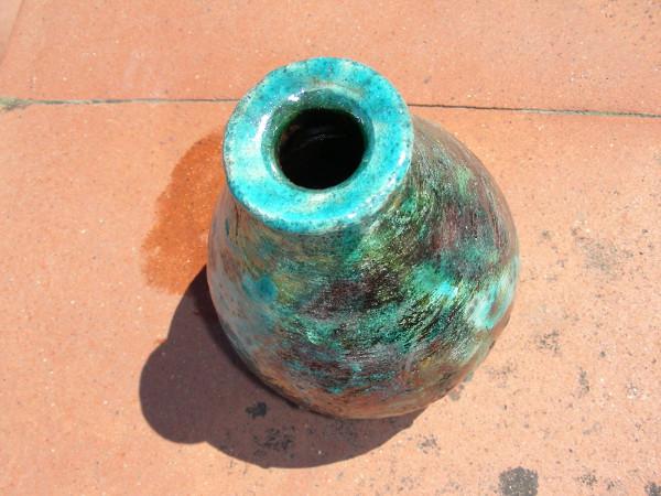 Immagine di un vaso raku panciuto striscia azzurra visto dall'alto
