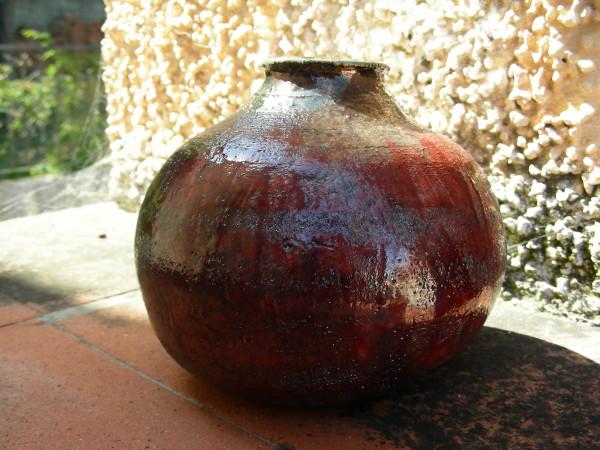 Immagine di un vaso raku sangue primissimo piano