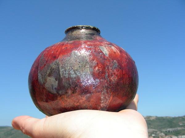 Immagini di un vaso raku sangue proporzioni
