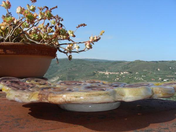 Immagine di un vassoio in ceramica a colombini vista laterale