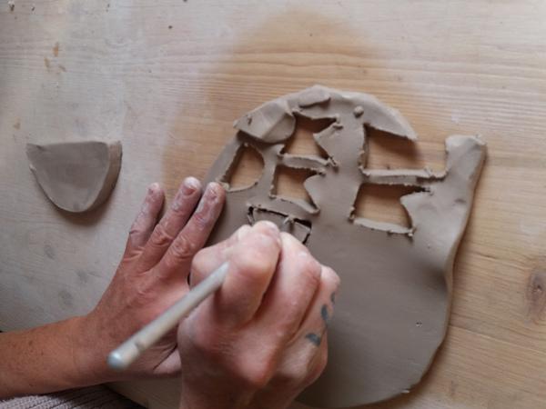Immagine di una lavorazione dell'argilla per le creazioni in ceramica nel laboratorio di Terra Acecsa