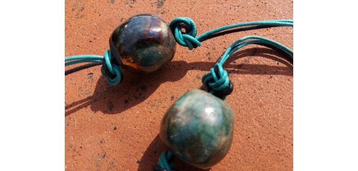 Particolare di una collana raku