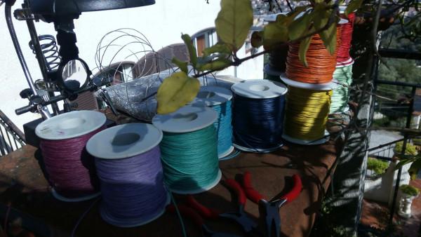 Immagine del laboratorio di ceramica di Terra Accesa, cordini di cotone