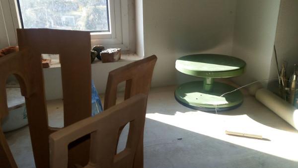 Immagine di un torniello e piano di lavoro nel laboratorio di ceramica