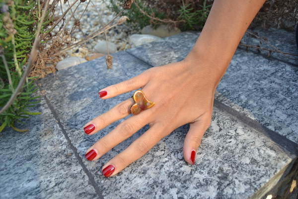 Immagine di un anello forma cuore con smalto malto