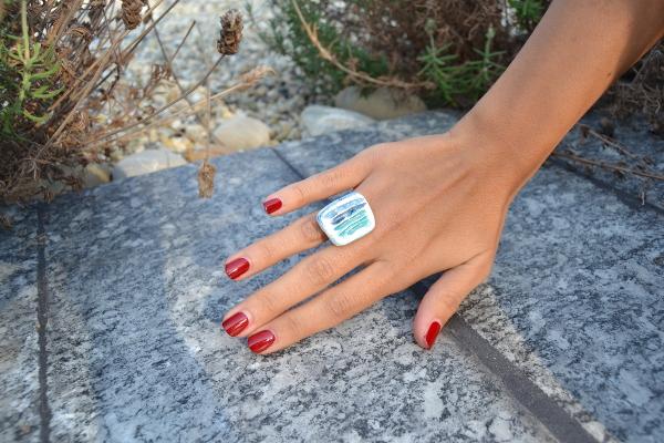 Immagine di un anello sgraffiato colore turchese bianco