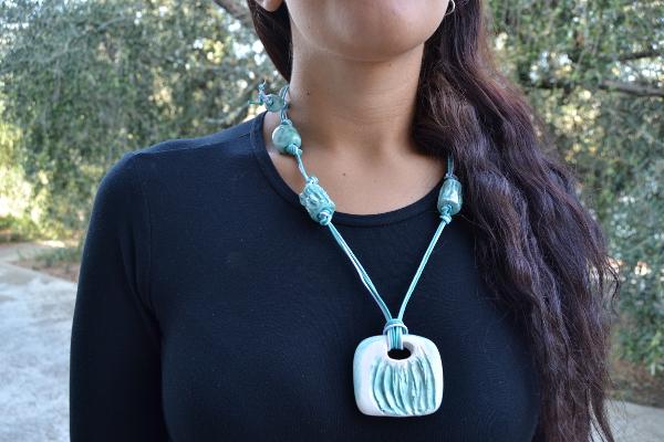 Immagine di una collana graffiata stile acquamarina