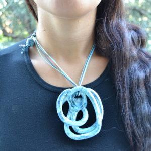 Immagine di una collana con nodi blu turchesi