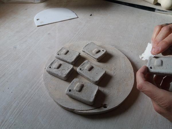 Immagine di come si carteggiano i libretti in ceramica