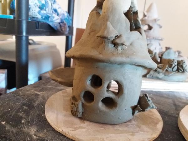 Immagine di una piccola creazione di ceramica, portacandele