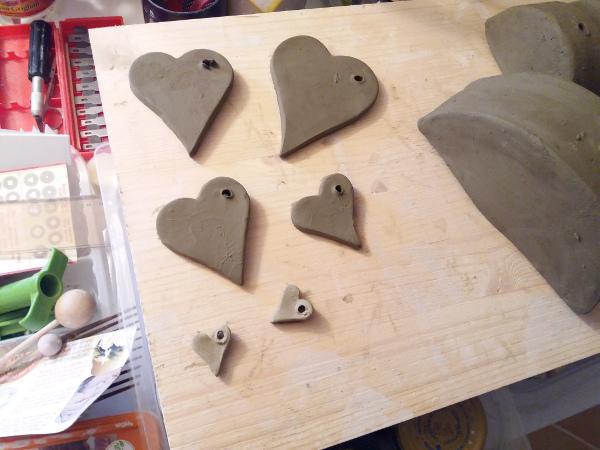 Immagine di alcuni cuori in ceramica