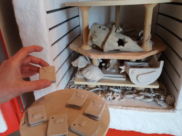 Immagine dei libretti in ceramica inseriti nel forno elettrico
